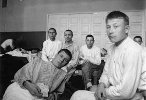 Sotavankeja sairaalan osastolla potilaina. (1941)