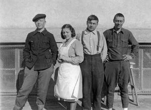 Neuvostolittolaisia sotavankeja ja lotta. (1941).