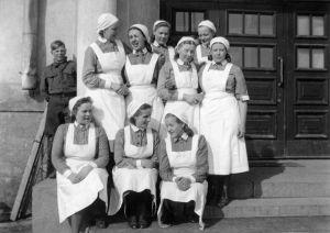 Sotavankisairaalan työntekijöitä: lähettipoika ja lottia (1941).