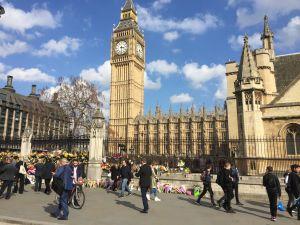 Utanför Westminster där Theresa May ska redogöra för brexit minns man offren i attacken för en vecka sedan.