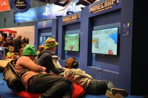 Barn som spelar Minecraft.