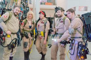 Vuxna utklädda till Ghostbusters.