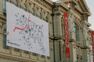 Banderolli taidemuseon seinällä.