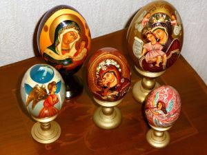 Maalattuja ortodoksien pääsiäismunia pöydällä.