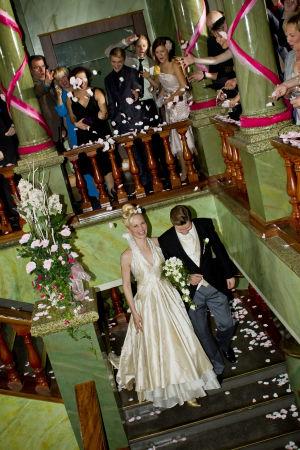 Hääpari Marika ja Tero kulkevat portaita alas