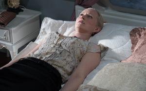 Marika makaa sängyssä vierotusoireissa