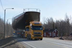 Pink Gin VI på väg från Bosund mot Baltic Yachts hall vid Alholmen.