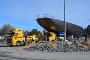 175 fot segelbåt på väg genom rondellen i Holm i Larsmo.