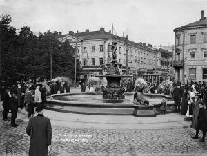 Havis Amanda -suihkukaivo Kauppatorilla paljastustilaisuuden jälkeen syyskuussa 1908.
