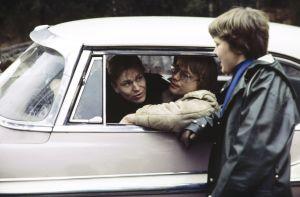 Kari Sorvali ja Veikko Aaltonen autossa elokuvassa Päivä ennen vuodelta 1978.