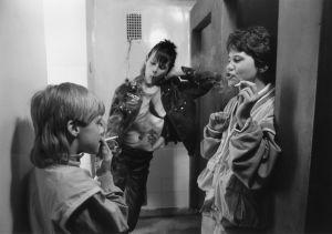 Tarkkis-sarjan Ville (Jarno Jokinen) ja Tommi (Pasi Pitkäaho) tupakalla kolmannen pojan seurassa.
