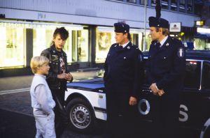Kaatis-sarjassa (1988) Ville (Jarno Jokinen) ja Tommi (Pasi Pitkäaho) jututtavat poliiseja (Keijo Kantonen ja Pauli Kuoso).