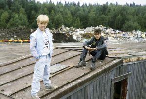 Kaatis-sarjan (1988) Ville (Jarno Jokinen) ja Tommi (Pasi Pitkäaho) kaatopaikalla.