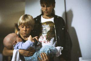 Kaatis-sarjassa (1988) Ville (Jarno Jokinen) ja Tommi (Pasi Pitkäaho) lapsenvahteina.