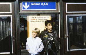 Kaatis-sarjan (1988) Ville (Jarno Jokinen) ja Tommi (Pasi Pitkäaho) Toijalan rautatieasemalla.