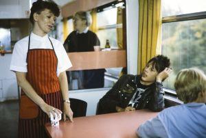 Kaatis-sarjassa (1988) junan ravintolavaunussa junaemäntä (Marja-Liisa Heiskari) sekä Ville (Jarno Jokinen) ja Tommi (Pasi Pitkäaho).