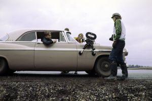 Kari Sorvali autossa elokuvan Päivä ennen kuvauksissa. Mukana Kamera-assistentti Ilkka Järvinen ja kuvaussuunnittelija Timo Kapanen.