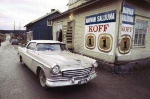 Elokuvan Päivä ennen kuvauksissa käytetty auto Narvan Saluuna -nimisen baarin edessä.