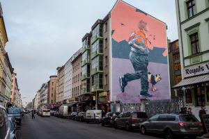 Den stora väggmålningen av den belgiska duon Telmo & Miel i Berlin-Kreuzberg