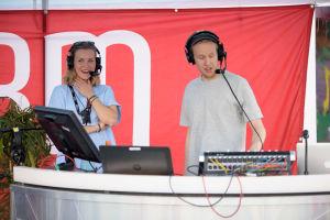Programlederna Märta och Simon från X3M veckoslut