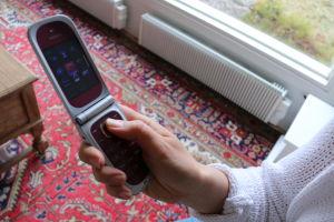 Naisella on kädessään Nokia, simpukkamallinen älypuhelin