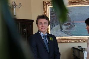 Tomi juhlavaatteissa.