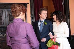 Hääpari, Tomi ja Emmi katsovat toisiaan papin edessä.