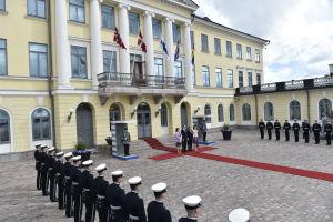 Det isländska och det finländska presidentparen poserar utanför presidentens slott.