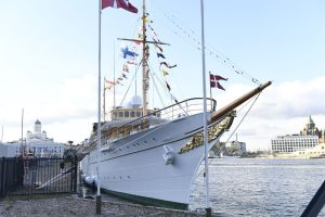 Det danska kungaskeppet Dannebrogen ligger för ankar vid Södra kajen i Helsingfors. Den danska och finska flaggan är hissad.