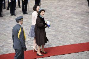 Drottning Silvia och fru Jenni Haukio går på röda mattan utanför presidentslottet i Helsingfors.