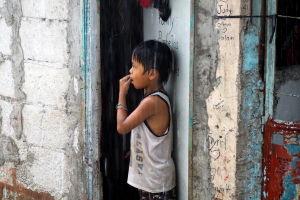Pojke i regnet i Caloocan City.