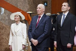 Det norska kungaparet och Islands president Guðni Jóhannesson står och tittar rakt fram.