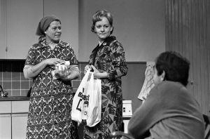 Rintamäkeläiset-sarjan näyttelijöitä: Sirkka Lehto (roolinimi Leena Rintamäki), Eila Roine (roolinimi Helmi Honkonen) ja Ahti Haljala (roolinimi Veikko Honkonen).