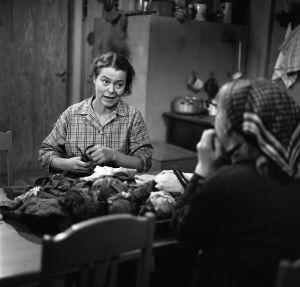 Rintamäkeläiset-sarjan näyttelijöitä: Sirkka Lehto (roolinimi Leena Rintamäki) ja Eila Roine (roolinimi Helmi Honkonen).