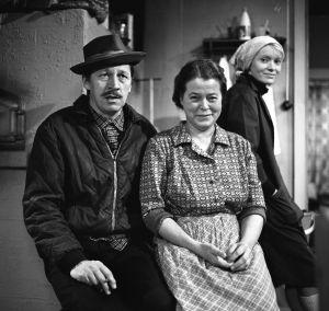 Rintamäkeläiset-sarjan näyttelijöitä: Veijo Pasanen (roolinimi Antti Rintamäki), Sirkka Lehto (roolinimi Leena Rintamäki) ja Marjukka Halttunen (roolinimi Sirkka-Liisa Halonen).