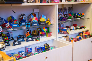 En butikshylla fylld med varianter av Rubiks kub.