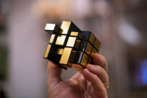 En asymmetrisk och enfärgad variant av Rubiks kub
