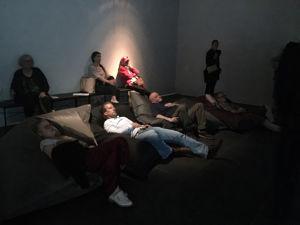 Yleisöä Kuopion taidemuseon Oi maamme! -näyttelyssä.