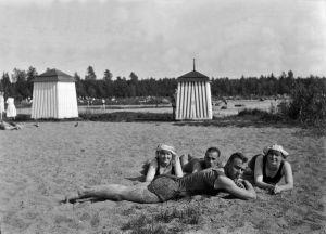 Auringonottajia Lauttasaaren rannassa (Kasinon ranta) vuonna 1923.