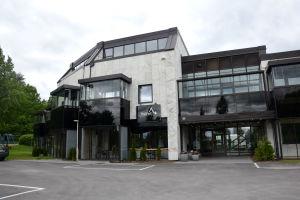 Ett tvåvåningshus med marmorväggar.