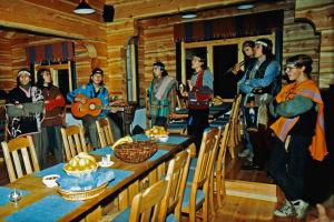 Elämäntapaintiaanit esittelevät yhteisöään vierailijoille Lainion Krouvissa, Kittilässä 1991
