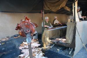 Helstekt gris på medeltidsmarknad.