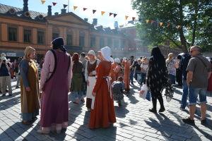 Kvinnor med medeltidsklädsel.