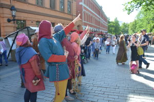 Tidstypisk klädsel på medeltidsmarknad.