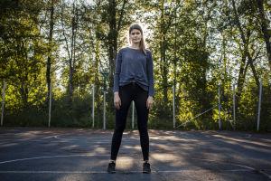Sara Jakobsén står på en basketplan.