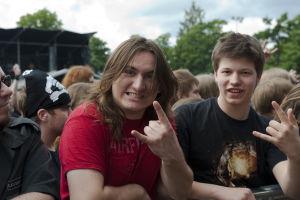Kaksi nuorta miestä Tuska Open Air Metal Festival 2010 -festivaaleilla.