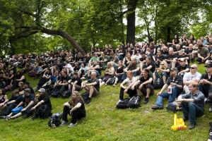 Tuska-yleisöä istumassa nurmikolla vuonna 2010