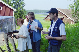 Sarjan kuvausta järvimaisemassa