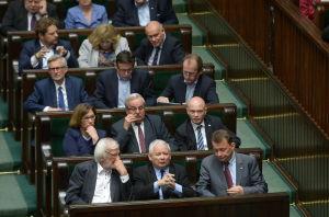 Det polska parlamnetet debatterar en reform av domstolsväsendet. I mitten ordförande för partiet Lag och rättvisa, Jaroslaw Kaczynski.