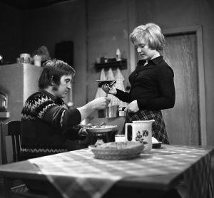 Rintamäkeläiset sarjan näyttelijä Matias Ikävalko (Aarne Rintamäen roolissa vuosina 1972-1973)) ja Kielo Tommila (Eeva Honkosen roolissa vuonna 1973).